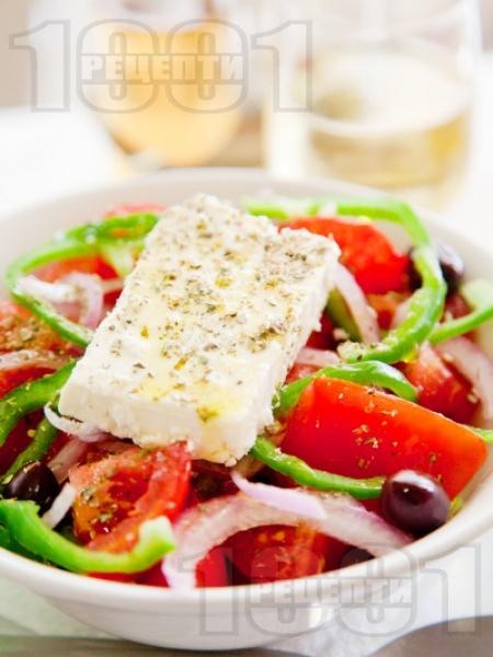 Гръцка салата (домати, краставици, чушки, маслини, лук и сирене Фета) - снимка на рецептата
